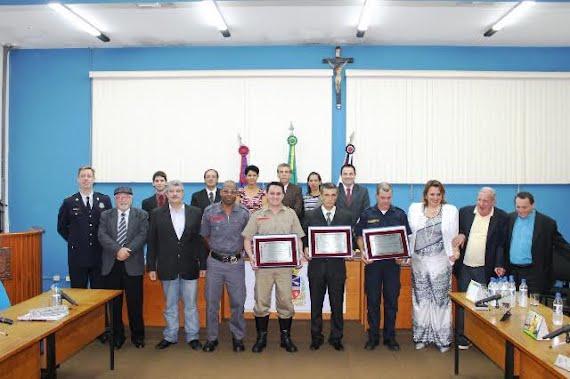 Guardas municipais e bombeiro receberam homenagem na Câmara Municipal de Porto Ferreira