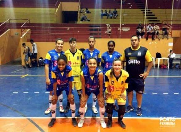 Porto Ferreira entrou em quadra no final de semana pela Liga Ferreirense de  Futsal com as equipes sub-21 masculina e adulta feminina da Secretaria de  ... a75a93e48200c